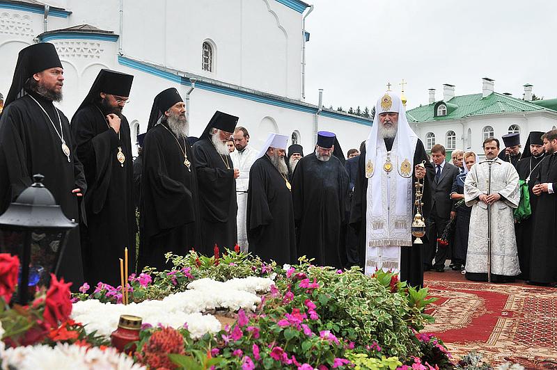 Лития на могиле настоятельницы Елеазаровского монастыря игумении Елисаветы (Беляевой) (ВИДЕО)