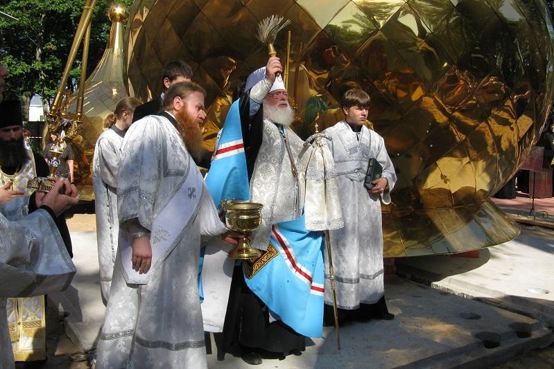 В Крестах состоялся чин освящения крестов и куполов строящегося храма