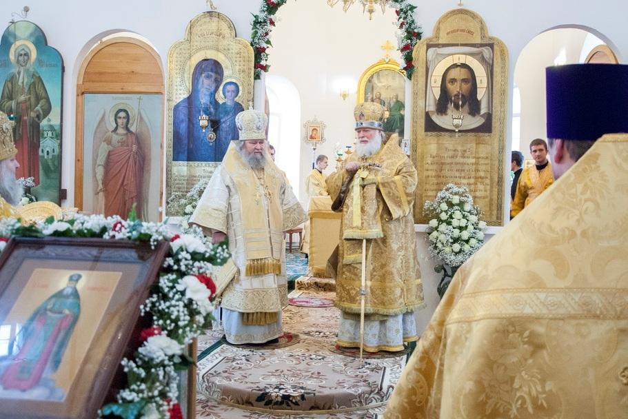 Первая служба совершена Митрополитом Евсевием в сослужении епископа Сергия