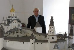 Геннадий Яковлевич Мокеев у большого макета псковского Кремля в г.Пскове 25 сентября 2010 года