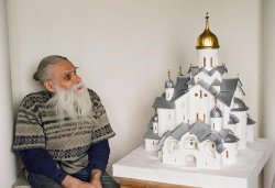 Николай Тимофеев с макетом Троицкого собора XV в. Фото Егора Робенко