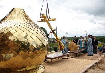(ФОТО) Митрополит Евсевий совершил чин освящения купола и креста храма Рождества Христова поселка Красиковщина